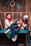 Lyckliga härliga flickakast snöar till den unga mannen Arkivbild