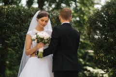 Lyckliga härliga par som går i, parkerar i deras gifta sig dag bara gift royaltyfria bilder