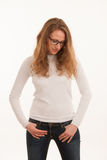 Lyckliga hållande babys för gravid kvinna och för man klär isolerat över w Arkivfoton