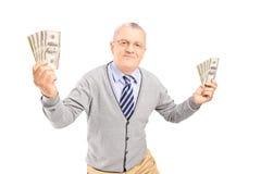 Lyckliga hållande pengarbankontes för hög man Royaltyfri Bild