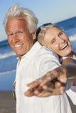 Lyckliga höga gamla par på den tropiska stranden Arkivbild