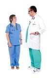 lyckliga höga kirurgar team två Arkivbild