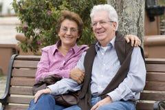 Lyckliga höga par i parken Royaltyfria Foton
