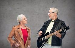 Lyckliga höga par med den elektriska gitarren Arkivbild