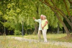 Lyckliga höga par parkerar in utomhus arkivbild