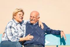 Lyckliga höga par som är förälskade på stranden - glad äldre livsstil royaltyfri fotografi