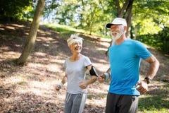 Lyckliga höga par som blir färdiga vid sportspring royaltyfri foto
