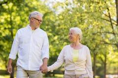 Lyckliga höga par som går på sommar, parkerar arkivfoto