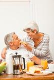 Lyckliga höga par som har frukosten Royaltyfria Foton