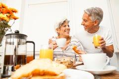 Lyckliga höga par som har frukosten Royaltyfri Bild
