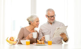 Lyckliga höga par som har frukosten hemma arkivbilder