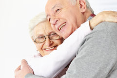 Lyckliga höga par som omfamnar varje Arkivbild