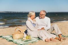 Lyckliga höga par som talar på sommarstranden royaltyfri bild