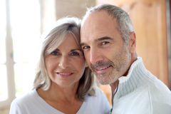 Lyckliga höga par som tillsammans hemma står Royaltyfri Foto