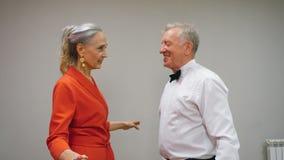 Lyckliga höga par som tillsammans lär dans i klubba Högt aktivitetsbegrepp arkivfilmer