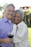 Lyckliga höga par som tillsammans står royaltyfria bilder