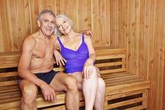 Lyckliga höga par tillsammans i bastu Arkivfoton