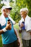 Lyckliga h?ga par som blir f?rdiga vid sportspring arkivbilder