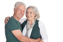 Lyckliga h?ga par som poserar p? vit bakgrund arkivbilder