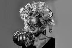 lyckliga halloween guld- kvinna med halloween pumpa Arkivfoton