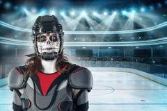 lyckliga halloween hockeyspelare i en hockeyhjälm och maskering med en ballong mot bakgrunden eller bakgrund av ett hockeyfält Al Arkivbild