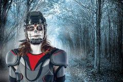 lyckliga halloween hockeyspelare i en hockeyhjälm och maskering mot bakgrunden eller bakgrund av den läskiga skogen all helgon`-d Royaltyfria Foton