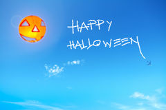 Lyckliga halloween i den blåa himlen Royaltyfri Fotografi