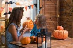lyckliga halloween Liten härlig flicka för familj med modercelebr royaltyfri bild