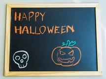 Lyckliga halloween på svart bräde med pumpa Royaltyfria Bilder
