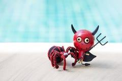 Lyckliga halloween röd jäkel med den svarta spindeln Royaltyfri Fotografi