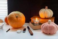 Lyckliga halloween! Ställ in för att snida pumpa på tabellen i hemmet, förberedelsen för ett parti Royaltyfri Foto