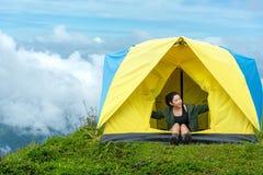 Lyckliga handelsresandelivsstilkvinnor på semester som campar på skogberget, Thailand royaltyfri foto