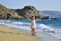 lyckliga havswaves för flicka Royaltyfri Fotografi
