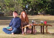 Lyckliga hedniska par utomhus Royaltyfri Fotografi