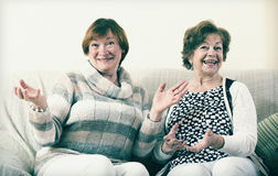 Lyckliga höga kvinnor som inomhus poserar och skrattar Royaltyfri Foto