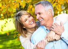 Lyckliga höga par. Arkivfoto
