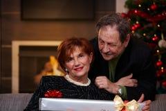Lyckliga höga par på jul Fotografering för Bildbyråer