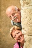 Lyckliga höga par som är förälskade under avgång Arkivfoton