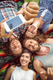 Lyckliga hipsters som har gyckel på campingplats royaltyfri fotografi