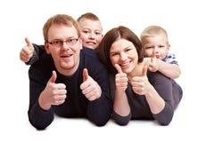 lyckliga holdingtum för familj upp arkivfoto