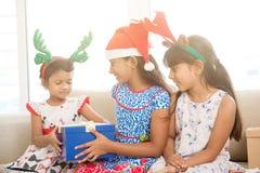 Lyckliga indiska barn som firar jul Royaltyfria Bilder