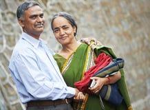 Lyckliga indiska vuxna folkpar Royaltyfria Bilder