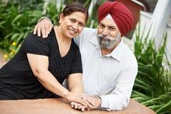 Lyckliga indiska vuxna folkpar Royaltyfri Bild