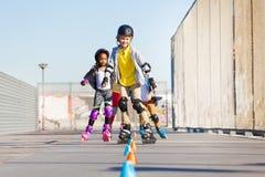 Lyckliga inline skateboradåkare som rullar på skridskon, parkerar Fotografering för Bildbyråer