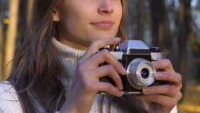 Lyckliga inspirerade flickadanandefoto i härlig höst parkerar, fritid och hobbyen stock video
