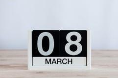 Lyckliga internationella dagar för kvinna` s Mars 8th Dag 8 av månaden, daglig kalender på trätabellbakgrund Töm utrymme Royaltyfria Bilder