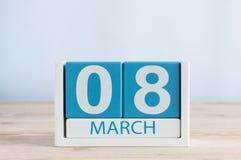 Lyckliga internationella dagar för kvinna` s Mars 8th Dag 8 av månaden, daglig kalender på trätabellbakgrund Töm utrymme för Royaltyfri Foto