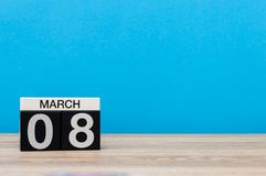 Lyckliga internationella dagar för kvinna` s Mars 8th Dag 8 av marschmånaden, kalender på blå bakgrund Vårtid, tömmer utrymme Arkivbild