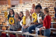 Lyckliga internationella studenter som firar ferie arkivfoto