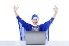 Lyckliga isolerade kvinnliga muslim och bärbar dator - Royaltyfri Fotografi